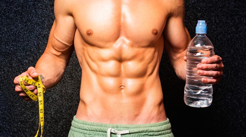 Красивое мужское тело после набора массы